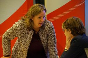 Katharina Schrader, Schriftführerin der SchwabenSPD, im Gespräch mit Ulrike Bahr